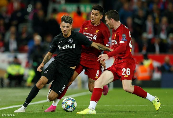 Szoboszlai Dominik (balra), a Salzburg játékosa Roberto Firmino és Andrew Robertson játékban a Liverpool elleni mérkőzésen