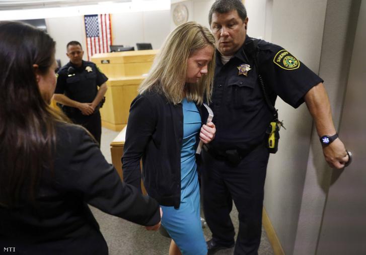 Amber Guyger a kerületi bírótól kapott Bibliával a kezében távozik gyilkossági perének ítélethirdetéséről egy dallasi bíróságon