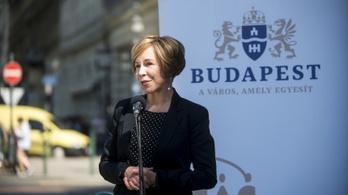Nyugdíjasoknak és rászorulóknak osztogat pénzt a VI. kerület fideszes vezetése