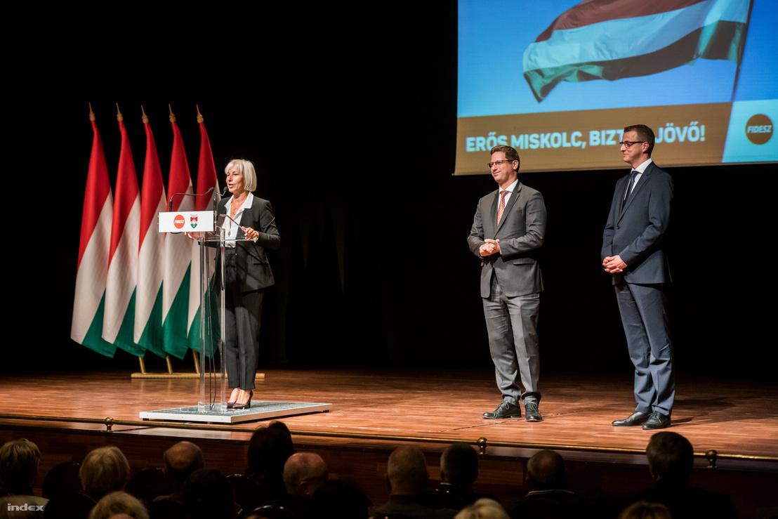 Csöbör Katalin beszél Gulyás Gergely, Miniszterelnökséget vezető miniszter Alakszai Zoltánnal tartott lakossági fórumán a Művészetek Házában