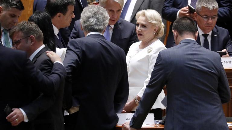 Megbuktatnák a román kormányt az elnökválasztás hajrájában