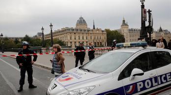 Késsel támadt egy rendőrségi dolgozó társaira Párizsban: négyet megölt, a támadót lelőtték