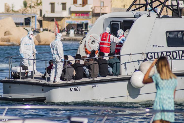 27 kísérő nélküli kiskorút fogtak el Lampedusa szigetéhez közel 2019. augusztus 17-én