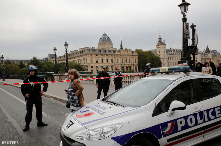 A párizsi rendőrség székhelyének környékét lezárták a támadást követően