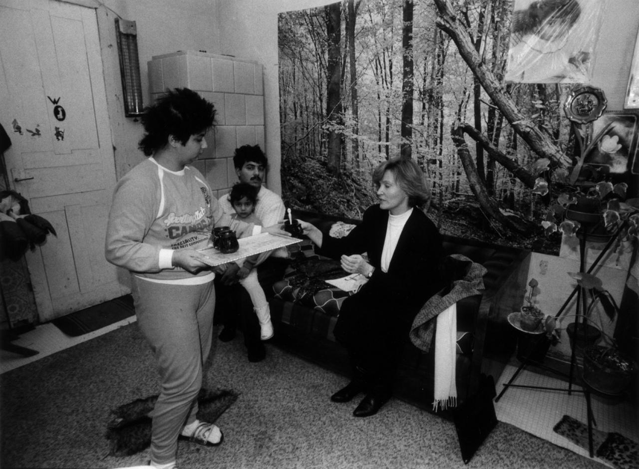 """""""A munkánk nagy része dögunalom, ott kell helytállni."""" Csehák Judit egészségügyi miniszter az Újpesti Családsegítő Központ szervezésében szegény családokat látogatott meg Budapesten, 1989. november 25-én."""