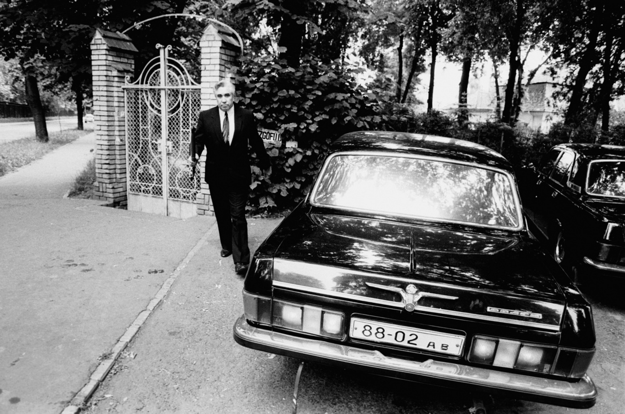 1991. június 19-én az utolsó szovjet katonák is elhagyták magyarországi főhadiszállásukat. A képen Viktor Silov ukrán származású szovjet katonai főparancsnok látható, amint elhagyja mátyásföldi villáját. Fekete Volgájával a záhonyi Tisza-hídon áthajtva hagyta maga mögött Magyarországot, majd Kárpátalján telepedett le. Ő volt a Magyarországot utolsóként elhagyó szovjet katona.