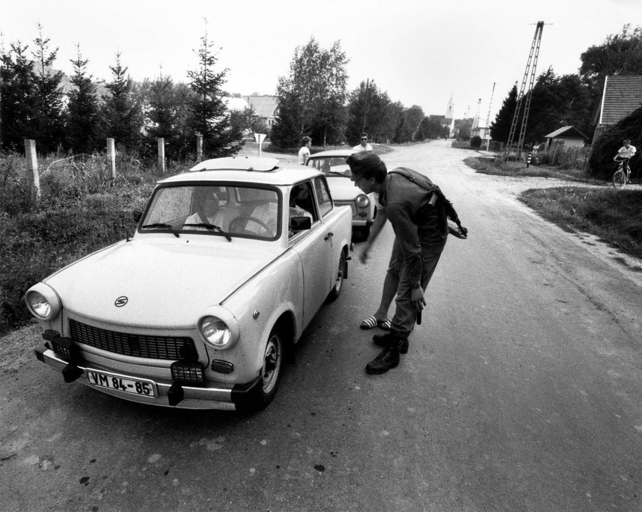 """""""A fotóriporterről általában azt gondolják, hogy bunkó, aki csak nyomja a gombot az ösztönei szerint. Pedig a fotóriporternek pontosan ugyanolyan gondolkodó embernek kell lennie, mint egy újságírónak, ha magas szinten akarja űzni a szakmáját."""" Keletnémet menekültek ellenőrzése az osztrák-magyar határon, 1989. augusztusában."""