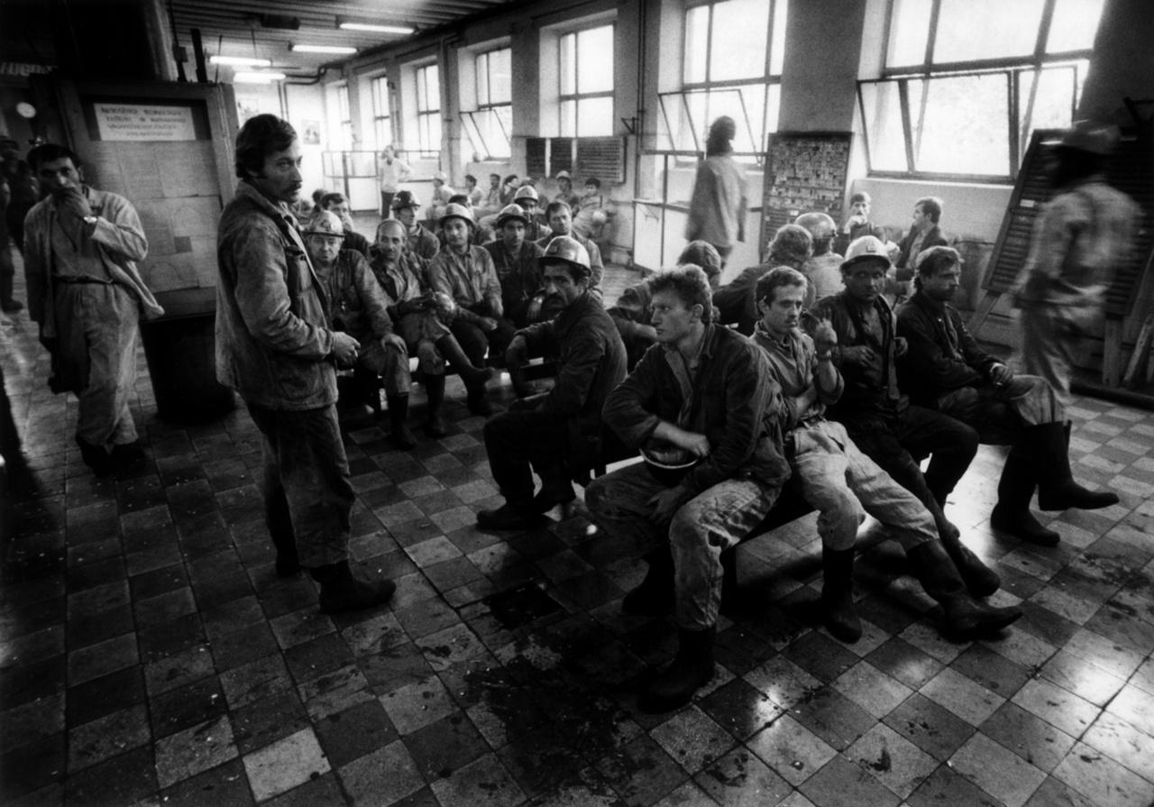 """""""Szerintem a sajtónak feladata, hogy az elnyomottakért a hatalommal szemben kiálljon, és harcoljon."""" Sztrájk a Mecseki Szénbányák pécsi üzemében a szanálási eljárások ellen 1988. augusztus 23-án."""