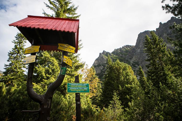 A turistautak jelzéseit táblák egészítik ki