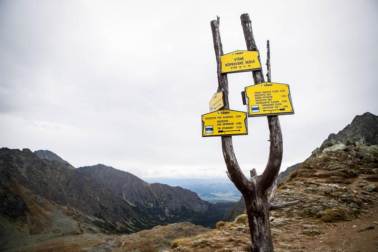 A kaptató szélfútta tetején, a Kapor-csúcs előtt nem sokkal újabb turistajelzéshez érkezünk