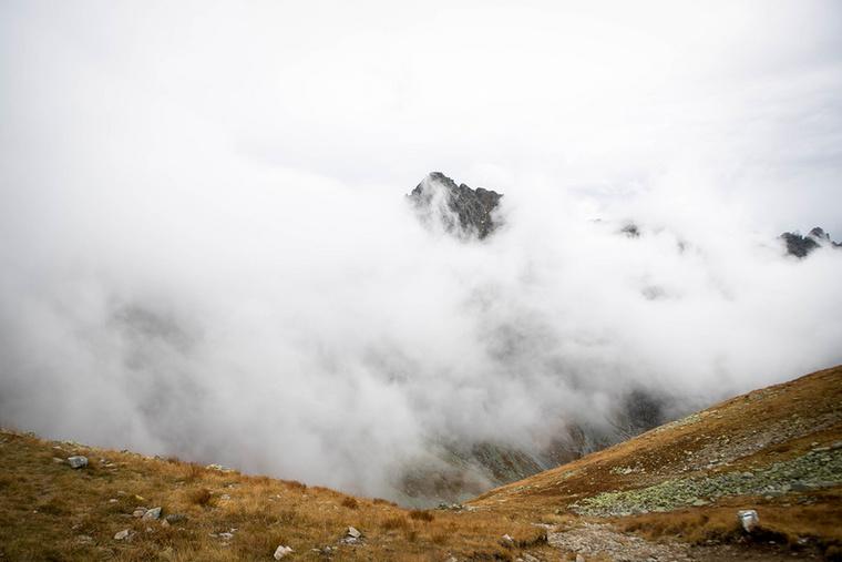 Páratlan látvány tárul elénk, ahogy a felhőrengeteg közül kirajzolódik a hegycsúcs vonala