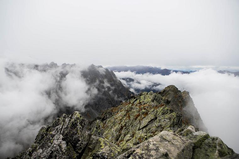 Megérkeztünk túránk célpontjára, a Kapor-csúcsra! A hegycsúcs legmagasabb pontja egész pontosan 2363,3 méter