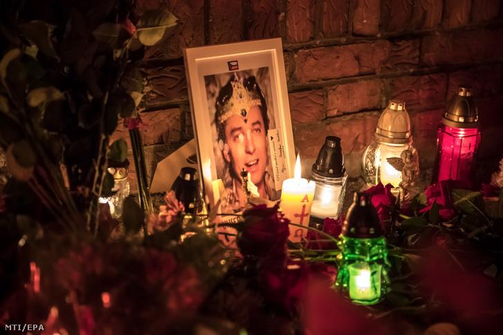 Mécsesek és virágok Karel Gott cseh táncdalénekes prágai otthona bejárata előtt 2019. október 2-án.