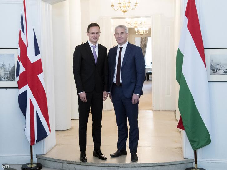 A Külgazdasági és Külügyminisztérium (KKM) által közreadott képen Szijjártó Péter külgazdasági és külügyminiszter (b) és Steve Barclay az Európai Unióból való kilépésért felelős államtitkár kétoldalú találkozójukon Londonban 2019. október 3-án