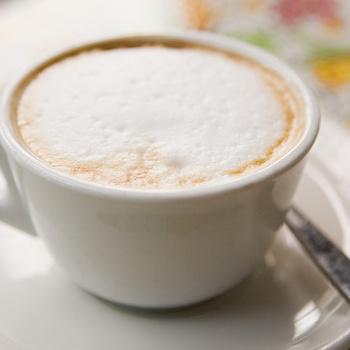 Így készül a tejhab kávégép nélkül: hatféle trükköt mutatunk