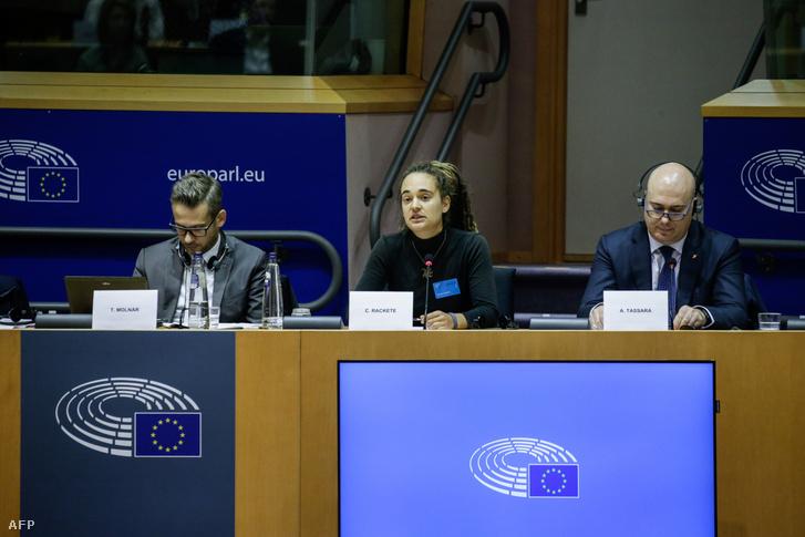 Carola Rackete az Európai Parlament bizottság nyilvános meghallgatásán beszél a Földközi-tenger térségében a kutatás és mentés helyzetéről, tekintettel a legújabb fejleményekre és a jogi keretre Brüsszelben, 2019. október 3-án.