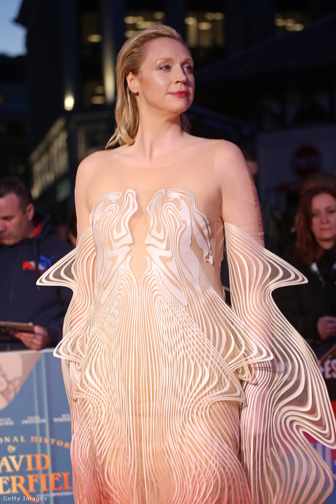 Ami miatt Gwendoline Christie-re igen könnyű emlékezni, az a magassága.