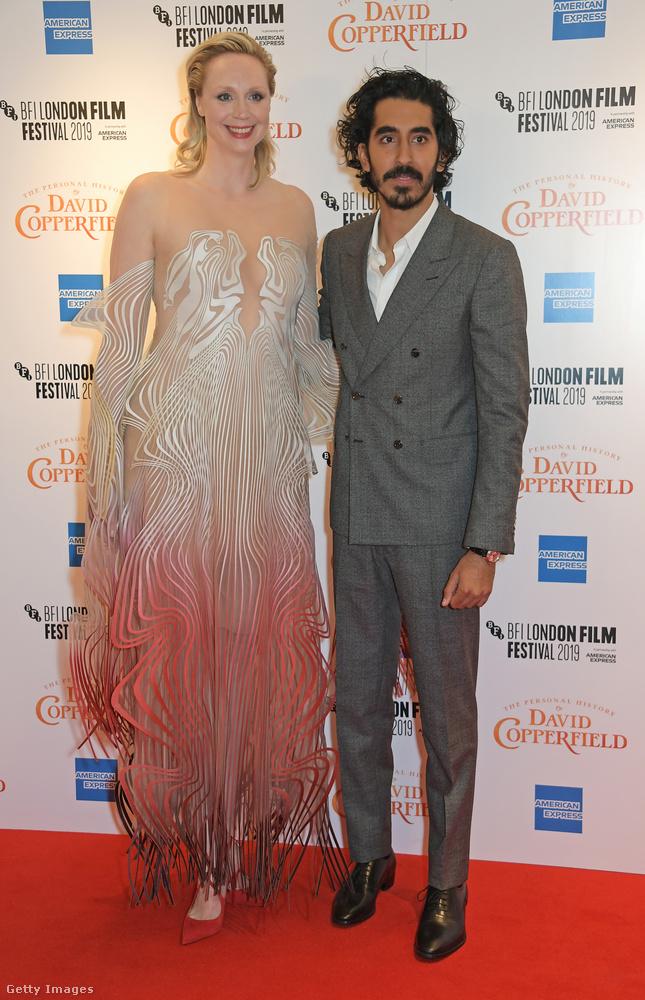 Dev Patel, aki a most bemutatott filmben David Copperfield szerepét alakítja, a maga 187 centijével elég magasnak számít