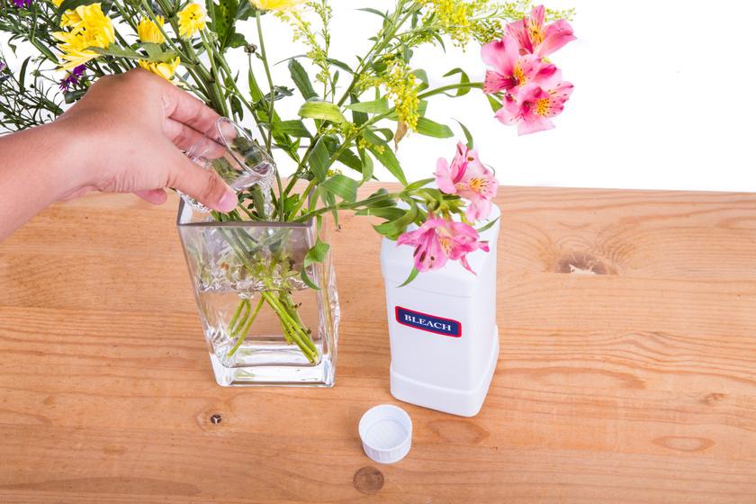 Elképesztően sokáig eláll a friss virágcsokor, ha így adagolod a fehérítőt a vízhez