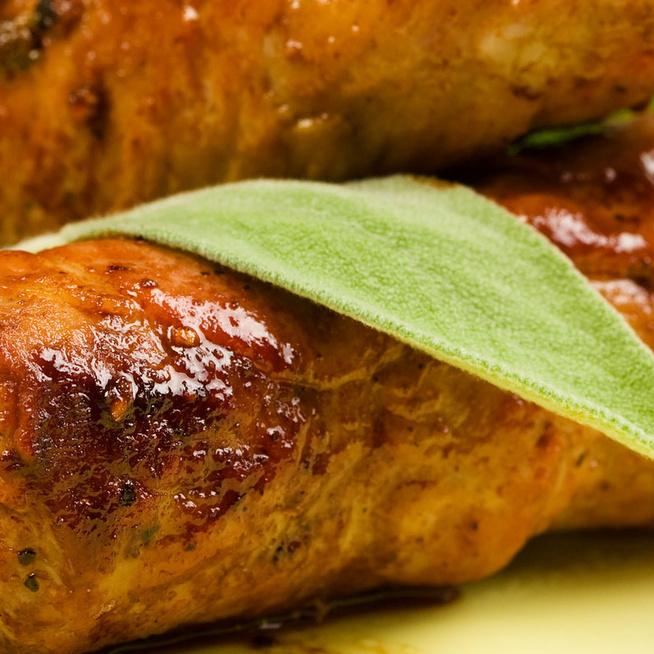 Sonkába és zsályába tekert andalúziai hústekercs: pikáns paradicsomszósz egészíti ki
