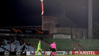 Zászlóval támadó drón zavart meg egy EL-meccset