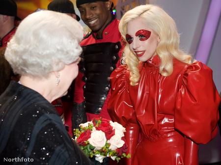 II. Erzsébet elég feltűnő ruhákat szokott hordani, de 2009-es találkozásakor Lady Gagával szerencsére nem akarta túlöltözni az énekesnőt