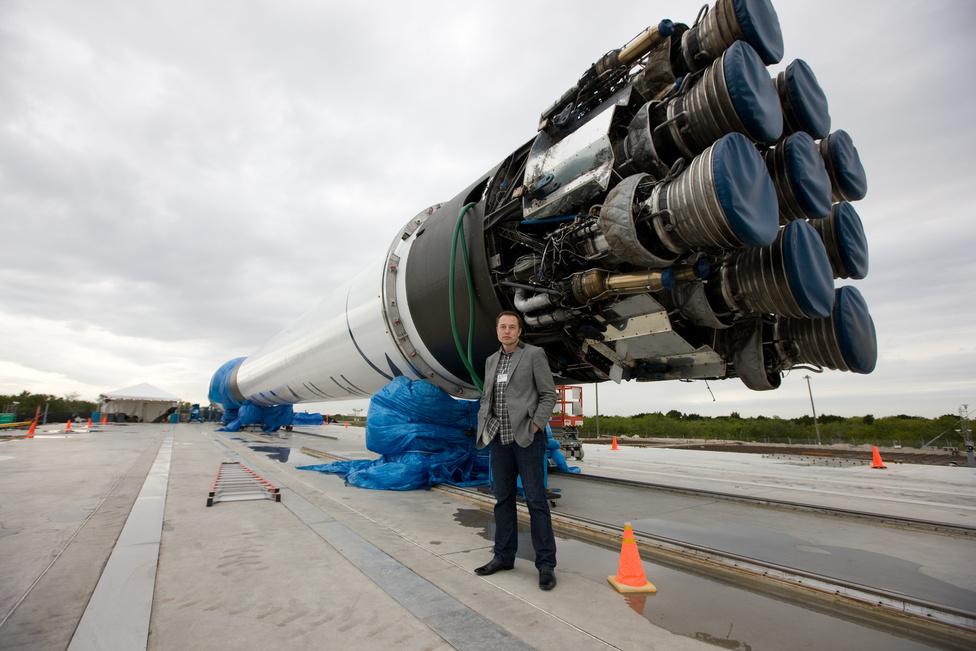Elon Musk, dél-afrikai születésű üzletember, a SpaceX alapítója a Falcon 9 rakétával a háta mögött. Az űripari vállalkozás a történelemben először magáncégként sikeres dokkolást hajtott végre a Nemzetközi Űrállomáson. Szintén Musk alapította a PayPalt, a legnagyobb netes fizetéssel foglalkozó céget. Musk 1995-ben felvételt nyert a Stanfordra, azonban két nap után otthagyta az egyetemet, és inkább bátyjával közösen leprogramozták a Zip2 tartalomkezelő-rendszert, A Zip2-t 1999-ben 307 millió dollárért és 34 milliónyi résztvényopcióért megvette az AltaVista.