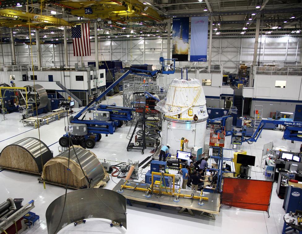 A SpaceX gyártelepén forgatták Iron Man 2 néhány jelenetét is, Elon Musk, a cég alapítója kapott egy rövid szerepet is a filmben. A kép közepén a félkész Dragon űrkapszula. A SpaceX űrkapszulája egyébként nevét a Puff the Magic Dragon című dalban szereplő sárkányról kapta. Ezt a számot dolgozta fel a 100 Folk Celsius Paff, a bűvös sárkány címmel.