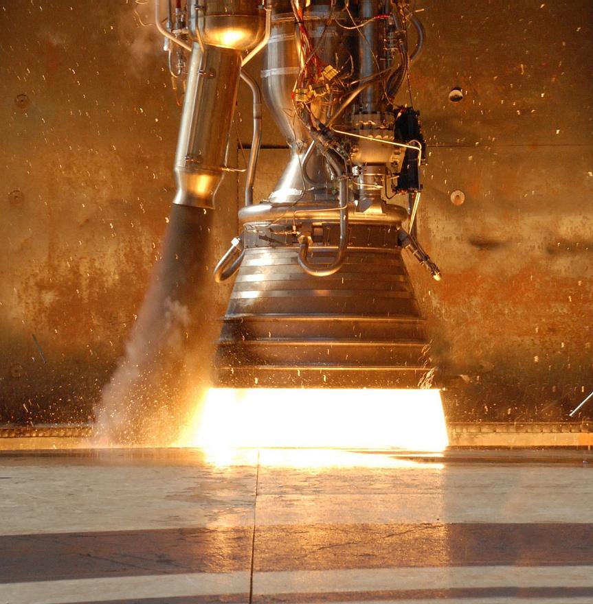 A űreszközt feljuttató Falcon–9 rakéta erejét kilenc Merlin rakétahajtómű adja, és a SpaceX jelentése szerint a tesztek alatt két másodpercig mind a kilencet teljes üzemen tartották. A rakéta második fokozatát egy Merlin vákuumhajtómű adja, amely finomított kerozinnal (RP-1) és folyékony oxigénnel működik, ugyanazzal a hajtóanyag-kombinációval, mint amit a NASA a Saturn V holdrakéta első fokozatánál használt.