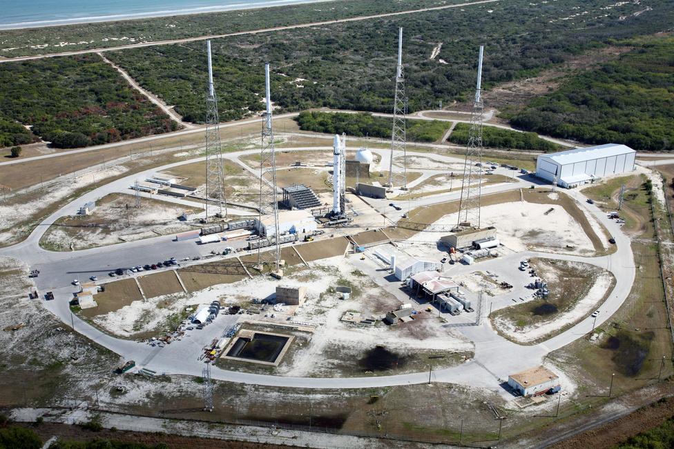 2006-ban a NASA 1,6 milliárd dolláros szerződést kötött a SpaceX-szel tizenkét űrrepülésre. A cég a Kennedy Űrközpontban vásárolt az amerikai űrkutatási hivataltól indítóállást. Az SLC–40 (Space Launch Complex 40), a 40-es indítókomplexum, a Cape Canaveral Air Force Station rakétaindítója, innen indul majd a Falcon–9 is. Az 1960-as években elkészült indítókomplexumot az Egyesült Államok légiereje használta elsősorban katonai műholdakat szállító Titan III és Titan IV hordozórakéták indítására 1965 és 2005 között. Innen indították a Mars Observer és a Cassini–Huygens űrszondákat is.