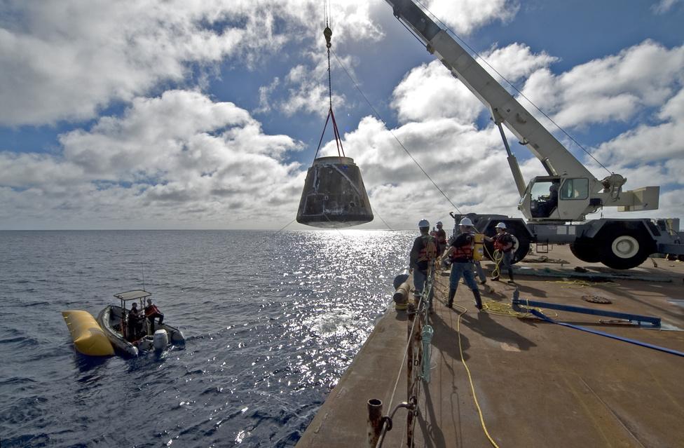 2010. december 8-án zajlott le a Dragon első űrrepülése, a teszt során sikeresen pályára állt, megkerülte többször a földet, majd rendben vissza is érkezett az űreszköz. Ez volt mellesleg a Falcon-9 rakáta második útja. A képen a Csendes-óceánból kihalászott Dragon. A Dragon titokban magával vitt egy adag sajtot is. A SpaceX John Cleese brit komikus előtt tisztelgett ezzel az akcióval.
