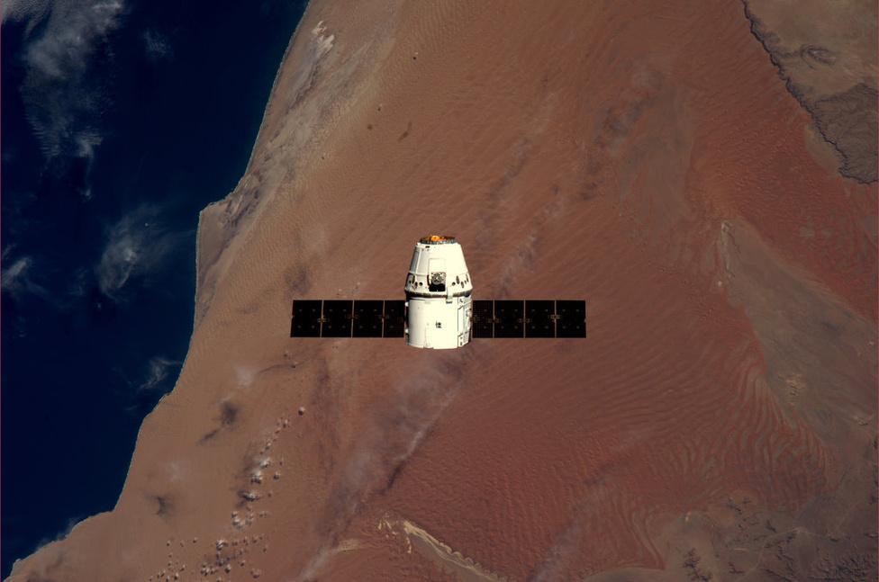 A Nemzetközi Űrállomás felé tartó Dragon Namíbia fölött. Dragon három fő részből áll: az orrkúpból, amely megvédi a hajót és a dokkoló adaptert a fellövés közben, magából az űrhajóból, amely helyet ad a túlnyomásos rakománynak vagy a legénységnek, illetve a repülésvezérlési rendszernek. Itt található a Manőverező Rendszer (Reaction Control System - RCS) is, az ernyők és az egyéb támogató infrastruktúra. A harmadik rész pedig a csomagtartó, ahol a túlnyomást nem igénylő rakományokat helyezik el.