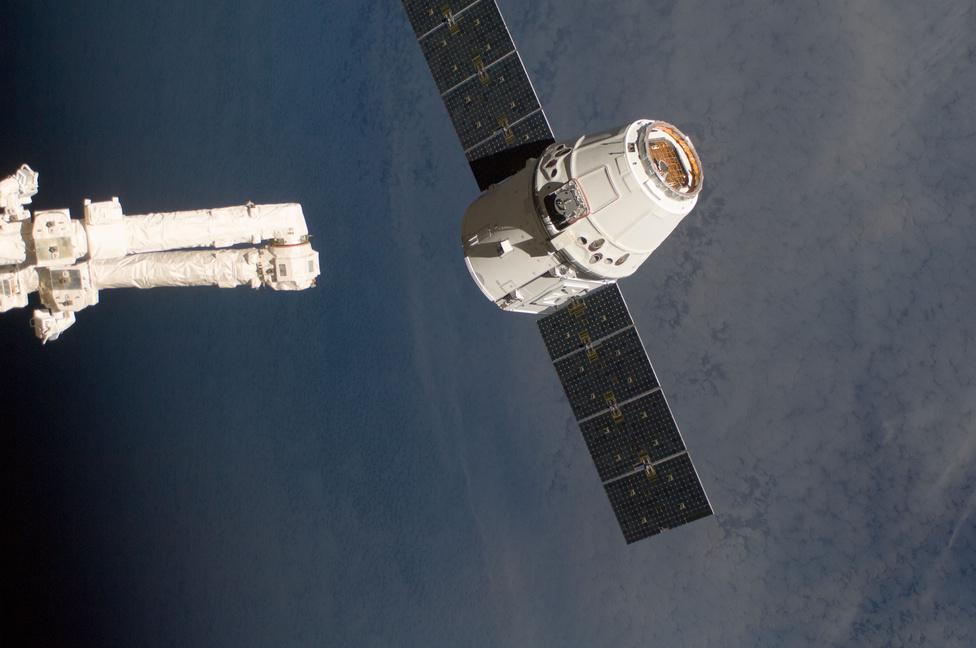 Don Pettit és Andre Kuipers űrhajósok az űrállomás 17,7 méter hosszú Canadarm2 robotkarja segítségével 15:55-kor elkapták az űrjárművet.