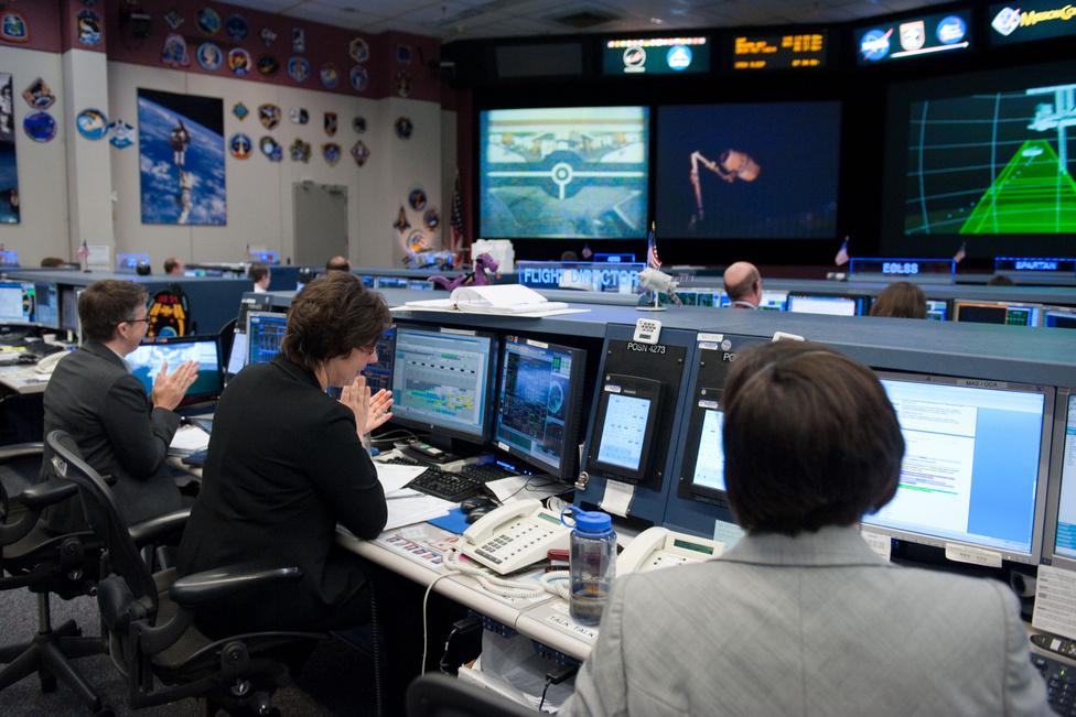 A Nemzetközi Űrállomás földi irányítóterme a Johnson Űrközpontban, innen irányították az egész dokkolási folyamatot. A jobb sarokban, nekünk háttal a fentebb már szerepelt Megan McArthur, aki a misszió capcom-ja, azaz kommunikációs parancsnoka volt.