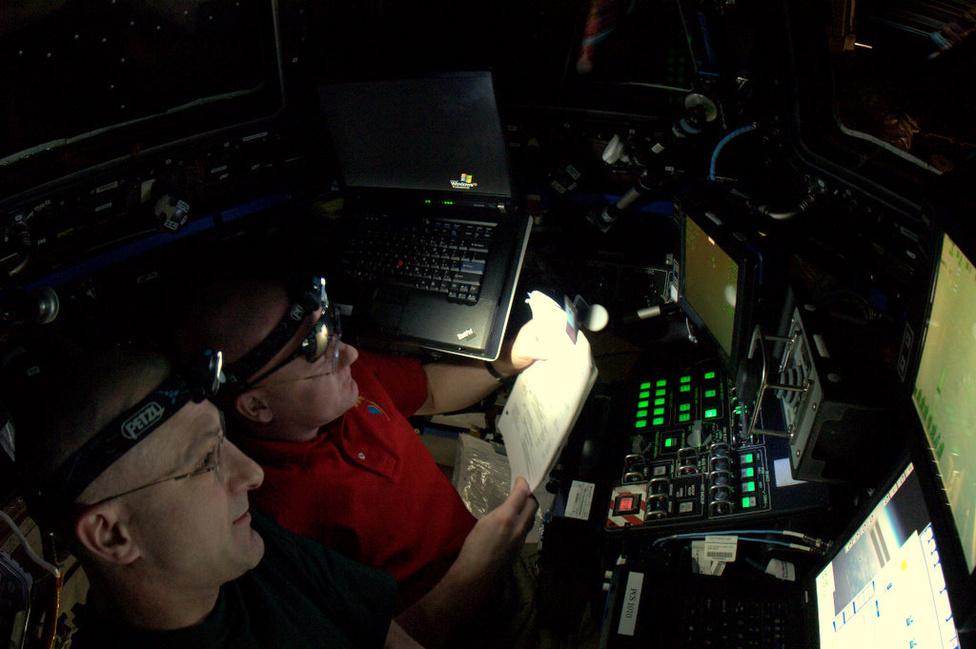 Csapatmunka a Nemzetközi Űrállomás kupola moduljában, ahonnan a dokkolást végrehajtották. A művelet mindössze két órát csúszott a tervezetthez képest.