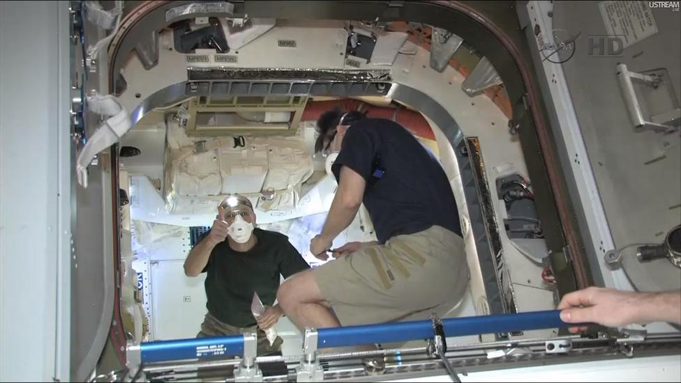 A Dragon teljes küldetését élőben közvetítette a NASA TV, a világon százezrek követték figyelemmel nemcsak a rakéta startját, de a dokkolás és a leválás folyamatát is. A képen a dokkolás után sikeresen felnyitott űrkapszulába bejutott űrhajósok láthatók.