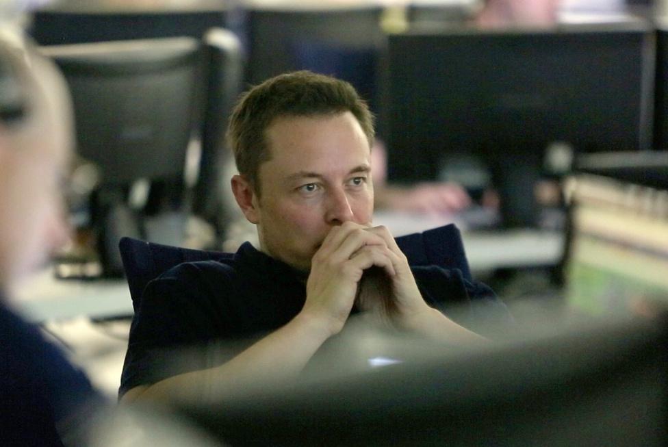 A Dragont többszöri használatra tervezték: a SpaceX-nek 1,6 milliárd dolláros szerződése van a NASA-val, aminek értelmében szeptembertől 12 alkalommal fog utánpótlást szállítani a Nemzetközi Űrállomásra a következő három évben. És még vissza sem tért a Földre a SpaceX cég történelmet író Dragon űrkapszulája, a Elon Musk vállalata máris újabb nagy bejelentéssel állt elő: megkötötték az első szerződést a világ legnagyobb és legerősebb hordozórakétájaként fejlesztett Falcon Heavy felhasználására.