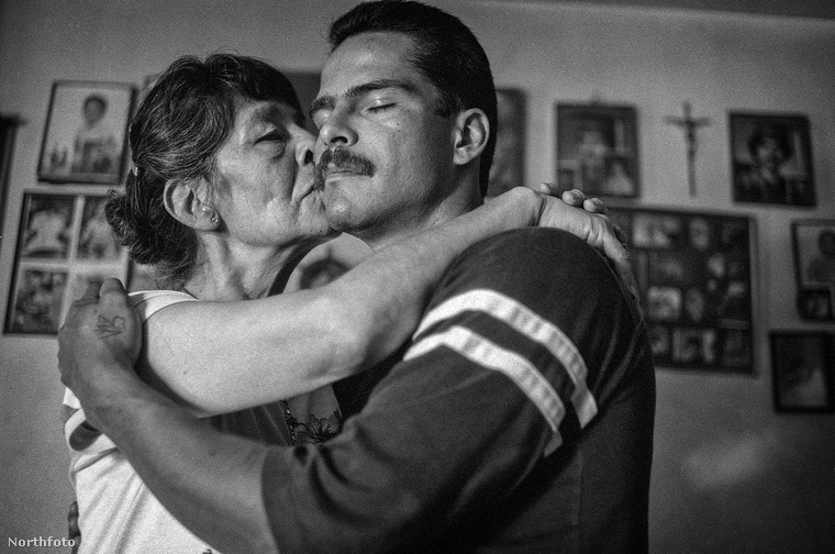 A V13 banda egyik tagját itt édesanyja csókolja meg.