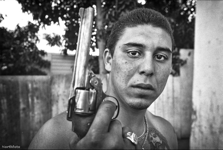 Ezen az 1988-as képen a V13 nevű banda egyik tagja mutatja meg a fegyverét a fotósnak