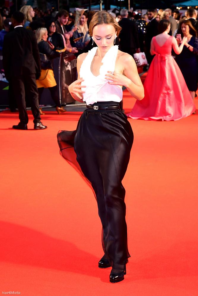 A színésznő először feltűnően keresni kezdte a melleit a ruhájában, amelyek egyébként elég jól láthatóak voltak.