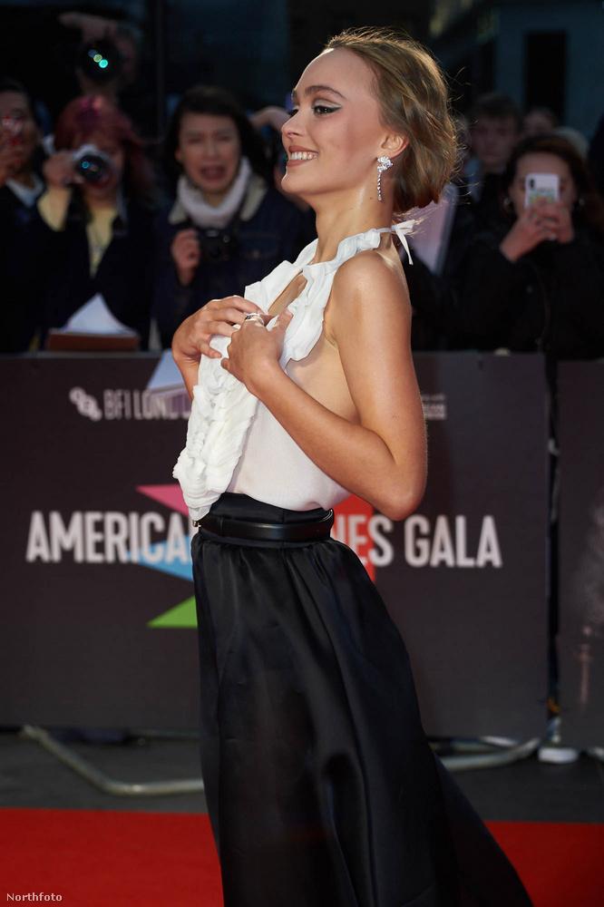 Végül aztán a színésznő büszkén kihúzta magát, és kezébe vette a lényeget.