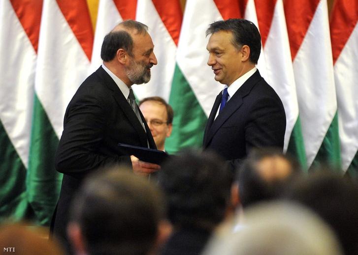 Orbán Viktor miniszterelnök átadja a kinevezési okmányt Dorkota Lajosnak a Fejér Megyei Kormányhivatal vezetőjének a megyei kormányhivatalok vezetőinek kinevezése alkalmából tartott ünnepségen 2010-ben.