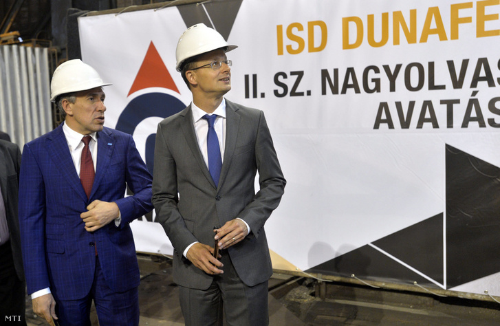 Szergej Gorkov a Vnyesekonombank (VEB) vezérigazgatója és Szijjártó Péter külgazdasági és külügyminiszter a dunaújvárosi ISD Dunaferr átépített nagyolvasztójának avatásán 2016. július 25-én.