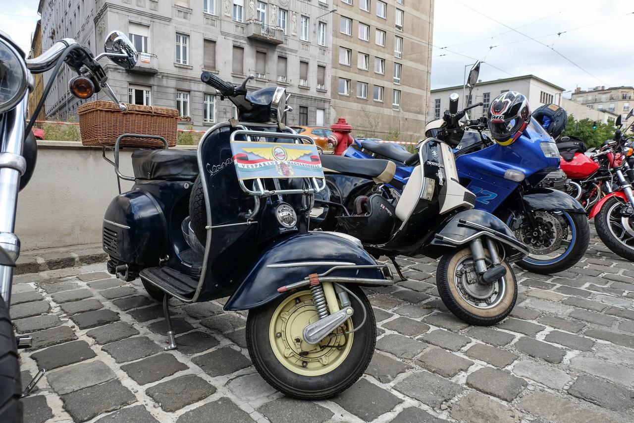 Nincs olyan motoros rendezvény, ahonnan a Vespa-klub kimaradna, és ha ilyen szép, stílusos öreg bádogcsótányokat hoznak, akkor nagy velkám!