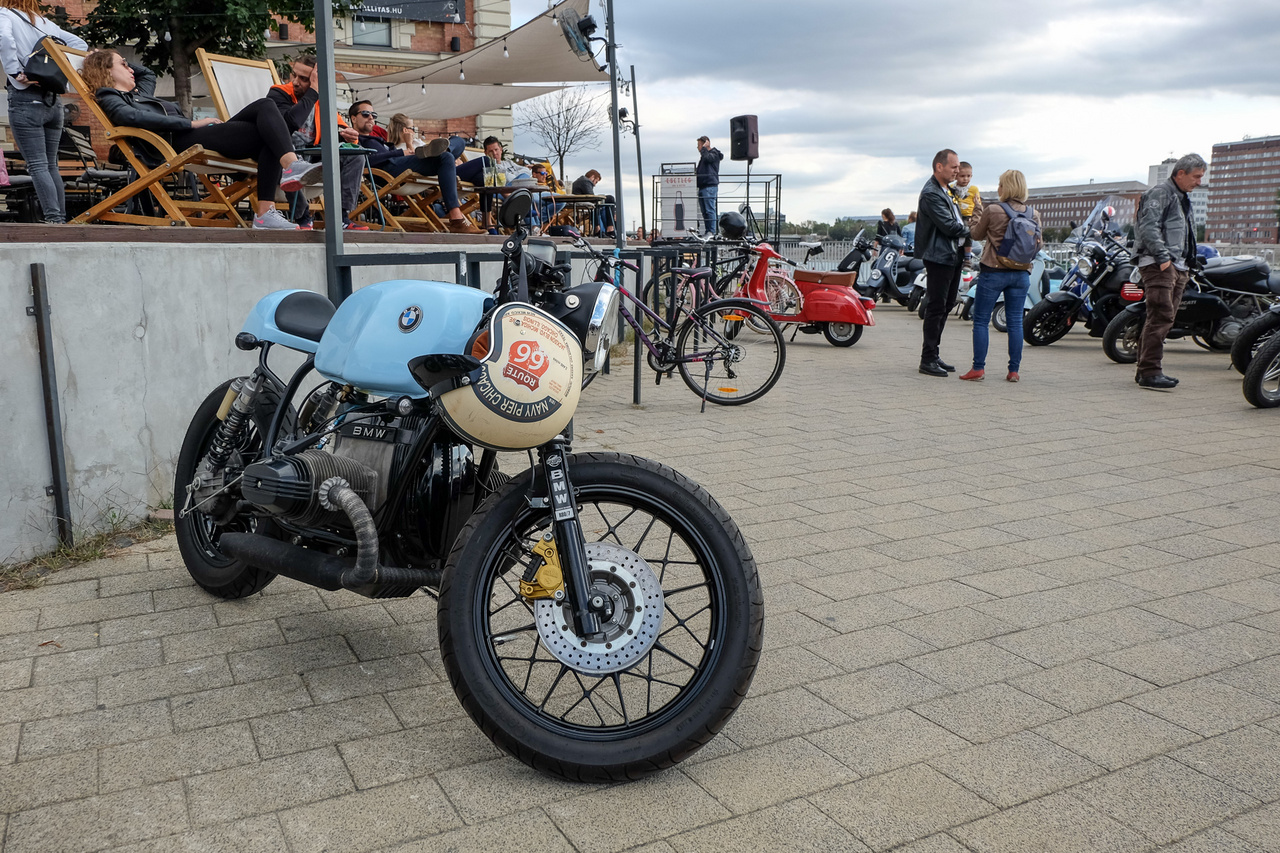 Abszolút bizonyíték, hogy egy babakék motor is lehet übervagány. Sőt, egy bokszer BMW, de még a kettő kombinációja is, csak nem szabad, hogy legyen rajta sárhányó