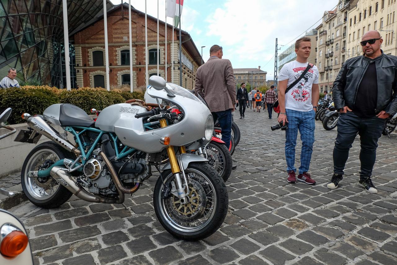 Ezen a Ducatin nagyon jól mutat a retró. Háttérben híres fotós ember, rosszul öltözötten (igaz, Máté?)