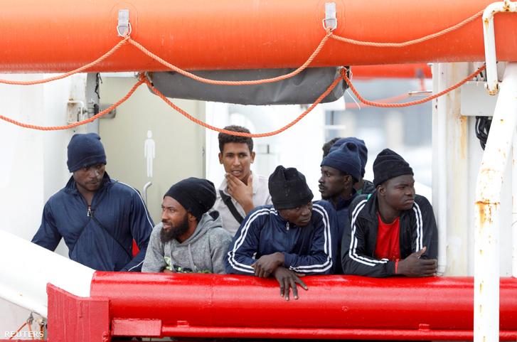 Illegális bevándorlók az Ocean Viking hajón a szicíliai Messina kikötőjében 2019. szeptember 24-én