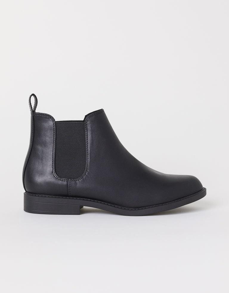 A H&M letisztult chelsea-csizmája laza eleganciát és határozottságot kölcsönöz viselőjének. Nadrághoz, szoknyához és ruhához is jól mutat, ráadásul 8995 forintért a tiéd is lehet.