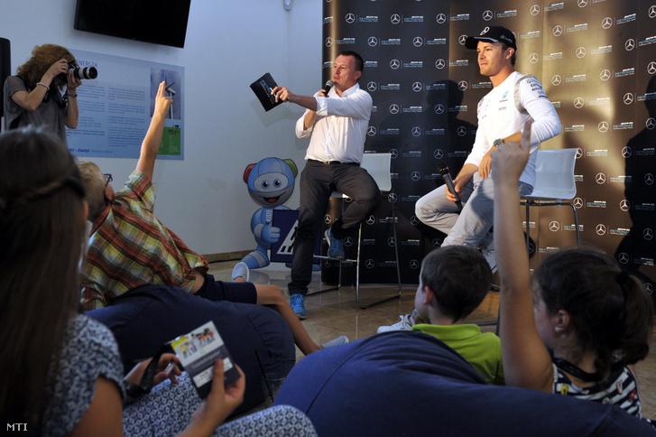 Nico Rosberg a Mercedes német Forma-1-es versenyzője (j) és Szujó Zoltán sportriporter a gyerekeknek tartott sajtótájékoztatón Fóton 2016. július 23-án.