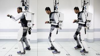 Gondolataival irányított exoszkeletont egy lebénult férfi